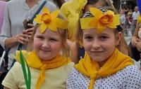 Zdjęcie dwóch dziewczynek, biorących udział w 4. edycji Przemyskich Pól Nadziei w 2018 roku.