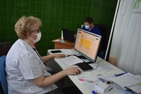 lekarz i pielęgniarka przyjmujący w punkcie szczepień