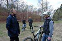 Prezydent i Waldemar Hryniszyn podczas wizyty na placu budowy