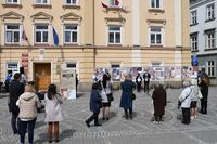 Otwarcie wystawy - widok na Urząd Miejski