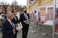 Starosta Jan Pączek, Zastępca Prezydenta Bogusław Świeży i Prezydent Wojciech Bakun oglądają wystawę