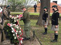 Złożenie kwiatów przy kamieniu upamiętniającym twórców konstytucji na Wzgórzu Zamkowym przez harcerzy