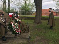 Złożenie kwiatów przy kamieniu upamiętniającym twórców konstytucji na Wzgórzu Zamkowym przez dowódcę garnizonu