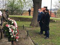 Złożenie kwiatów przy kamieniu upamiętniającym twórców konstytucji na Wzgórzu Zamkowym przez radnych rady miejskiej