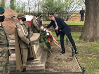 Złożenie kwiatów przy kamieniu upamiętniającym twórców konstytucji na Wzgórzu Zamkowym przez Prezydenta Miasta Przemyśla