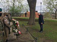 Złożenie kwiatów przy kamieniu upamiętniającym twórców konstytucji na Wzgórzu Zamkowym przez Posła na Sejm RP
