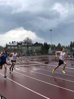 Biegacze na bieżni stadionu