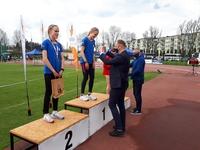 wręczenie medali przez Prezydenta Wojciecha Bakuna i Posła Marka Rząsę. Lekkoatletki na podium