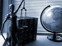 zdjęcie poglądowe - symbol prawa - figurka Temidy i globus