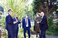 """delegacja samorządu i Dowódcy Garnizonu w ogrodzie Willi """"Elżbieta"""""""