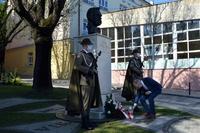 Waldemar Wiglusz Prezes TPN zapala znicz przy popiersiu