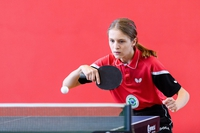 Maja Kozak przy stole tenisowym podczas gry