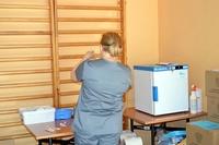 pielęgniarka przygotowująca preparat do szczepienia