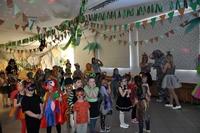 Grupa dzieci w przebraniach w jednym z przedszkoli