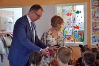 Prezydent rozdaje cukierki grupie dzieci