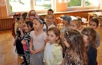 grupa najmłodszych dzieci przebrana w stroje zwierząt