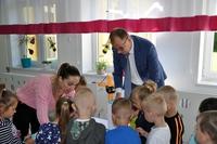 prezydent rozdający cukierki grupie dzieci