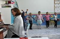 występ najmłodszych dzieci w sali przedszkolnej i akompaniująca na pianinie wychowawczyni