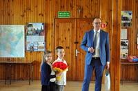 Prezydent z dwójką dzieci z kwiatami