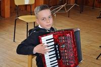 Chłopiec grający na akordeonie