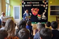 Prezydent czytający bajkę dzieciom