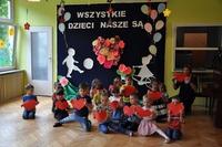 występ najmłodszych dzieci w sali przedszkolnej