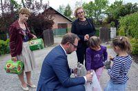 """Prezydent Bogusław Świeży rozdaje dzieciom cukierki i prezenty przed wejściem do """"Naszej Chaty"""""""