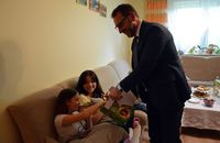 Prezydent rozdaje cukierki dzieciom