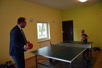 """Prezydent gra w tenis stołowy z jednym z wychowanków """"Naszej Chaty"""""""