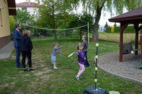 """Zabawa dzieci na podwórku """"Naszej Chaty"""""""