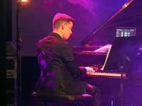 Pianista towarzyszący wokalistom podczas występu