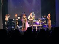 Dyrektor PCKiN Zamek składa podziękowania artystom po zakończeniu koncertu