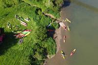 zdjęcie kajaków na sanie i na brzegu z lotu ptaka