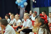 dzieci siedzące na podłodze w trakcie jubileuszu