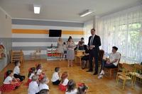 Prezydent Wojciech Bakun, dyrektor przedszkola i wychowawczynie w trakcie rozmowy z dziećmi