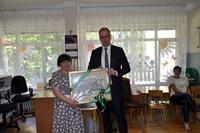 Prezydent i Dyrektor przedszkola w trakcie przekazania obrazu - grafiki z panoramą miasta