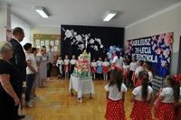 Wjazd tortu jubileuszowego i dzieci