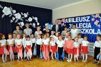 Wspólne zdjęcie dzieci z Prezydentem. Za nimi napis Jubileusz 35-lecia przedszkola