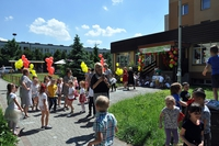 Zabawa dzieci na zewnątrz przedszkola