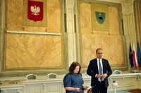 Prezydent Wojciech Bakun i Kierownik USC Urszula Golec na sali w trakcie uroczystości