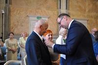 wręczenie medali parom małżeńskim