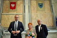 pamiątkowe zdjęcie Prezydenta z jedną z par małżeńskich