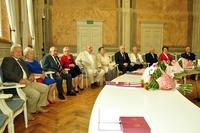 Pary małżeńskie zebrane na sali narad UM