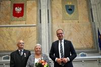 pamiątkowe zdjęcie jednej z par małżeńskich z Prezydentem