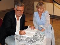 Marcin Kydryński podczas podpisywania książki