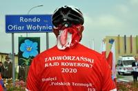 Rowerzysta stojący tyłem z koszulką z napisem Zadwórzański Rajd Rowerowy 2020