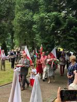 Delegacja Stowarzyszenia Pamięci Polskich Termopil składająca kwiaty