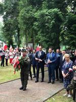 Prezydent i delegacja samorządu przemyskiego przed Grobem Wołyńskim