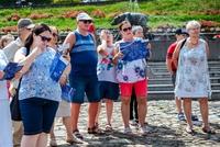 Uczestnicy wycieczki szlakiem filmowym pod fontanną