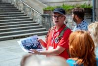Uczestnicy wycieczki szlakiem filmowym przed schodami Rycerskimi
